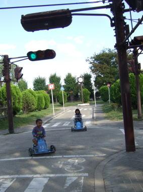 本物の信号機のある公園の中の交差点^^