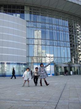 大阪市立科学館の前で