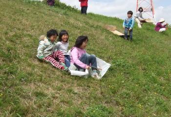 親子遠足でいったレンコン畑の横の斜面で草すべり~♪