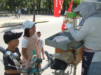 大阪城でアイスクリンを買ってる子供たち