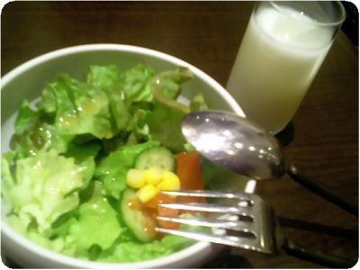 サラダとラッシー