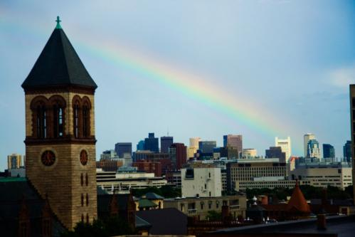 街に虹がかかった。