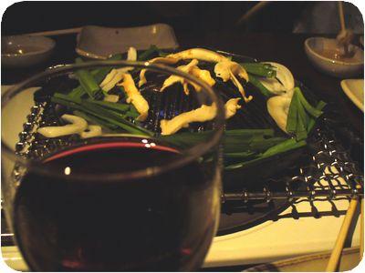 根の焼き風景・ワイン越し