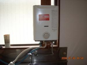 瞬間湯沸し器を撤去する前のキッチン