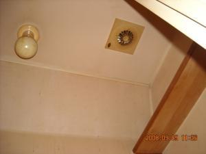 トイレ、通風口・照明器具塗装前