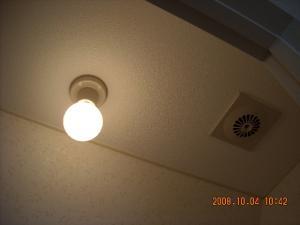 トイレ、通風口・照明器具塗装後