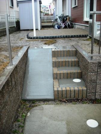 レンガ階段とスロープコンクリート