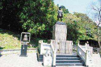 ベニヤ板を貼られた記念碑
