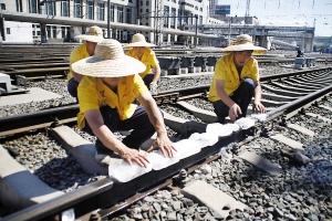 線路を冷やすおばちゃんたち・中国