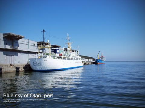 小樽港の青空と海と船