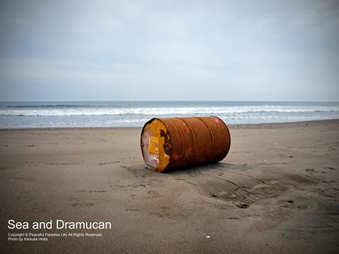 海とドラム缶